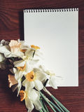 Leeres weißes Albumblatt mit hellen Blumen Stockfotografie