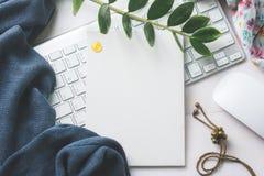 Leeres weißes Brett mit Computertastatur und -maus Draufsichtesprit Stockbild