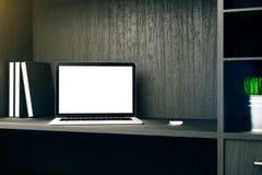 Leeres weißes Laptopregal Lizenzfreies Stockbild