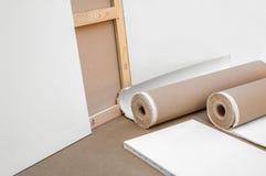 Leeres weißes Malersegeltuch und -segeltuch rollt - Malerprogramm Lizenzfreie Stockfotografie