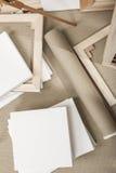 Leeres weißes Malersegeltuch und Segeltuchrolle und Gestell - Malerprogramm Lizenzfreies Stockbild