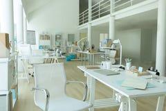 Leeres weißes modernes Dachbodenbüro Stockbild