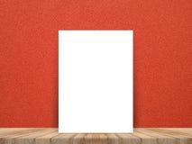 Leeres weißes Plakat, das an der tropischen hölzernen Tischplatte mit rotem c sich lehnt Lizenzfreie Stockfotografie
