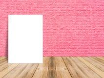 Leeres weißes Plakat, das an der tropischen hölzernen Tischplatte mit rotem c sich lehnt Stockbild