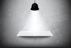 Leeres weißes Regal, das am Betonmauervektordesign hängt Lizenzfreie Stockfotos
