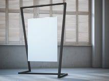 Leeres weißes Segeltuch, das am modernen Stand im Innenraum hängt Stockbild