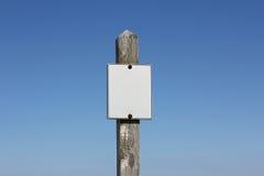 Leeres weißes Zeichen auf hölzernem Signpost lizenzfreies stockbild