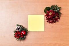 Leeres Weihnachtspost-it auf hölzernem Hintergrund Stockbild