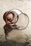 Leeres Weinglas auf einem Spiegel. Stockbild