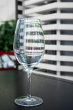 Leeres Weinglas im Restaurant Lizenzfreie Stockbilder