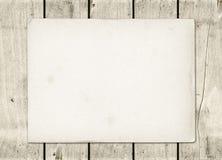 Leeres Weinlesepapierblatt auf einem weißen hölzernen Brett Stockfotos