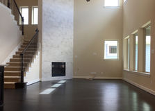 Leeres Wohnzimmer des neuen Hauses stockbild