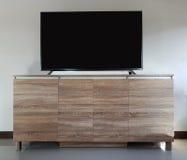 Leeres Wohnzimmer führte Fernsehen auf Holztisch lizenzfreies stockbild