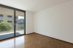 Leeres Wohnzimmer mit Balkon Stockfotografie