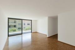 Leeres Wohnzimmer mit Balkon Lizenzfreies Stockfoto