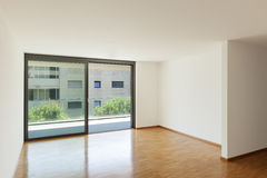 Leeres Wohnzimmer mit Balkon Stockbilder