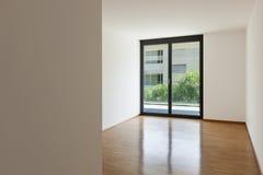 Leeres Wohnzimmer mit Balkon Lizenzfreie Stockbilder