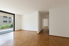 Leeres Wohnzimmer mit Balkon Stockfoto