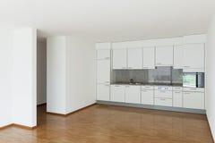 Leeres Wohnzimmer mit Küche Stockbild