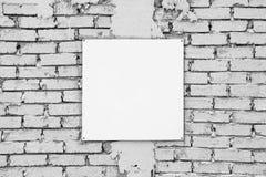 Leeres Zeichen auf weißer Backsteinmauer Schablonenspott oben Lizenzfreie Stockfotografie