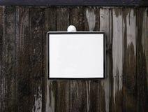 Leeres Zeichen des weißen Quadrats auf einer hölzernen und gefrorenen Wand Lizenzfreie Stockfotografie