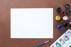 Leeres Zeichenpapier und Farbe auf hölzernem Brett Lizenzfreie Stockfotografie