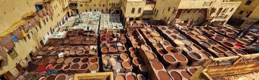 Leerfabriek voor het traditionele leer schilderen in steenvaten w Stock Foto