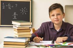 Leergierige schooljongen die thuiswerk doen Onderwijs Stock Foto