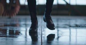 Leerlaarzen die bij nok binnen de natte industriële bouw 4k, langzame motie gaan stock footage