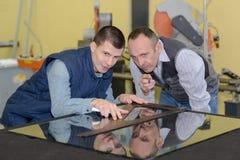Leerling en leraarsglazenmaker in workshop stock afbeeldingen