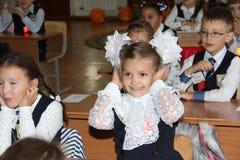 Leerlingen bij een schoolbank bij een les op school - Rusland Moskou de eerste Middelbare school de eerste klasse B - 1 September Stock Foto's