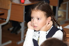 Leerlingen bij een schoolbank bij een les op school - Rusland Moskou de eerste Middelbare school de eerste klasse B - 1 September Stock Afbeelding