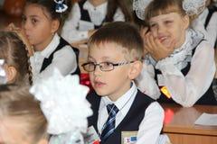 Leerlingen bij een schoolbank bij een les op school - Rusland Moskou de eerste Middelbare school de eerste klasse B - 1 September Royalty-vrije Stock Afbeeldingen