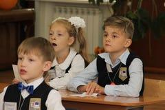 Leerlingen bij een schoolbank bij een les op school - Rusland Moskou de eerste Middelbare school de eerste klasse B - 1 September Royalty-vrije Stock Foto
