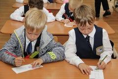 Leerlingen bij een schoolbank bij een les op school - Rusland Moskou de eerste Middelbare school de eerste klasse B - 1 September Stock Fotografie