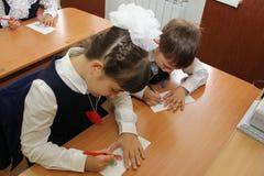 Leerlingen bij een schoolbank bij een les op school - Rusland Moskou de eerste Middelbare school de eerste klasse B - 1 September Stock Foto