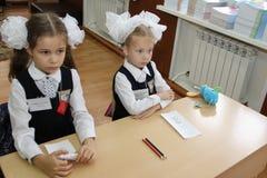 Leerlingen bij een schoolbank bij een les op school - Rusland Moskou de eerste Middelbare school de eerste klasse B - 1 September Royalty-vrije Stock Afbeelding