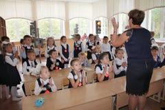 Leerlingen bij een schoolbank bij een les op school - Rusland Moskou de eerste Middelbare school de eerste klasse B - 1 September Royalty-vrije Stock Foto's