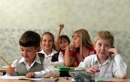 Leerlingen bij klaslokaal stock afbeeldingen