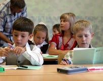 Leerlingen bij klaslokaal Stock Foto