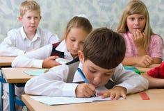 Leerlingen bij klaslokaal royalty-vrije stock afbeeldingen