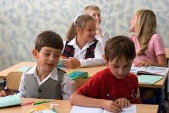 Leerlingen bij klaslokaal stock foto's