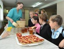 Leerlingen in de schoolcafetaria royalty-vrije stock fotografie
