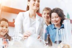 Leerlingen die aan chemisch experiment op school deelnemen royalty-vrije stock foto's