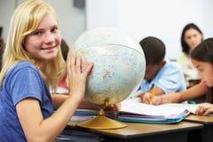 Leerlingen die Aardrijkskunde in Klaslokaal bestuderen stock foto's