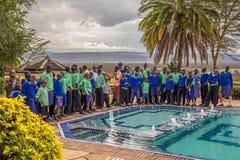 Leerlingen die in blauwe schooluniformen dichtbij meer Nakuru, Kenia worden opgesteld Stock Afbeelding