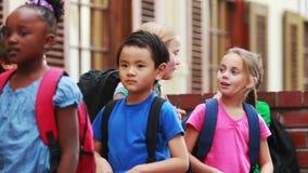Leerlingen die buiten school opstellen stock footage