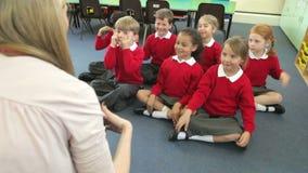 Leerlingen die de Acties van de Leraar kopiëren terwijl het Zingen van Lied stock footage