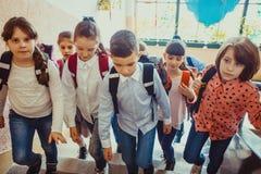 Leerlingen die op onderbreking gaan stock foto