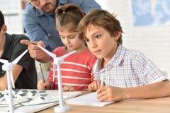 Leerlingen die over windenergie leren stock fotografie